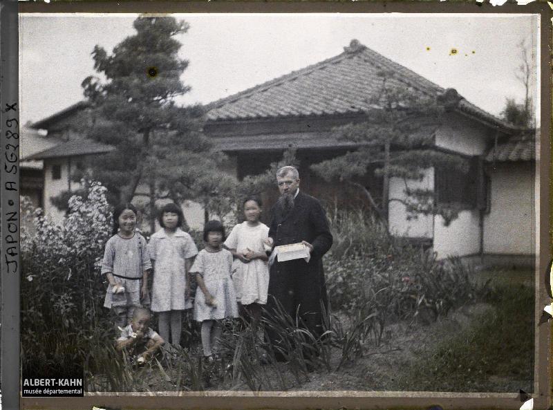 Japon, Matsushima, Groupe de fillettes, vêtements européens et missionnaire français (père Asselin)