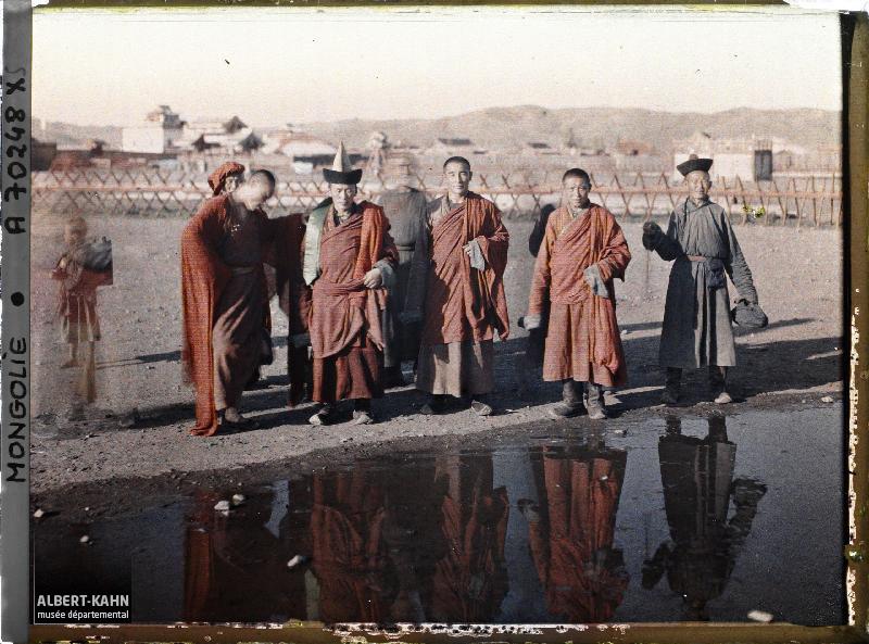 Un groupe de lamas près de l'entrée sud du Shar Ord (Palais jaune), Ourga, Mongolie, 24 juillet 1913, (Autochrome, 9 x 12 cm),  Stéphane Passet, Département des Hauts-de-Seine, musée Albert-Kahn, Archives de la Planète, A 70 248 XS