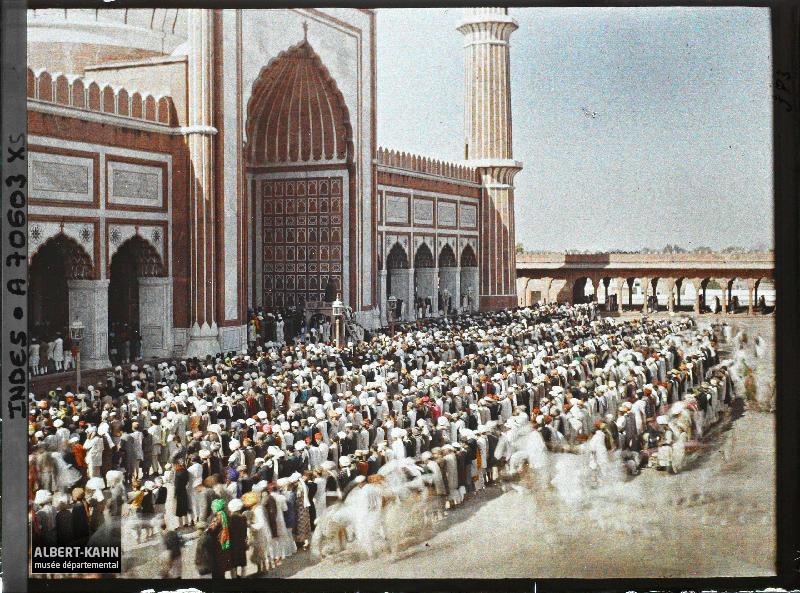 La prière du vendredi dans la cour de la Grande Mosquée (Jama Masjid), Delhi, Indes, 23 janvier 1914, (Autochrome, 9 x 12 cm),  Stéphane Passet, Département des Hauts-de-Seine, musée Albert-Kahn, Archives de la Planète, A 70 603 XS