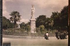 France, Lourdes, Les fidèles en prières devant la statue de la Vierge.
