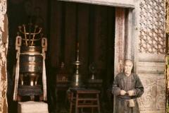Yonghegong (« palais de l'Harmonie et de la Concorde » ), Pékin, Chine, 1912-1913, (Autochrome, 12 x 9 cm),  Stéphane Passet, Département des Hauts-de-Seine, musée Albert-Kahn, Archives de la Planète, A 68 590 X