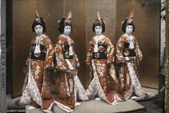 Quatre femmes en costumes de théâtre kabuki, Tôkyô, Japon, mai 1927, (Autochrome, 9 x 12 cm),  Roger Dumas, Département des Hauts-de-Seine, musée Albert-Kahn, Archives de la Planète, A 68 891 XS