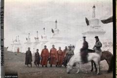 Un groupe de lamas près du « mur »  de stupa qui marque les limites de Gandan à l'ouest et au nord, Ourga, Mongolie, 21 juillet 1913, (Autochrome, 9 x 12 cm),  Stéphane Passet, Département des Hauts-de-Seine, musée Albert-Kahn, Archives de la Planète, A 70 253 XS