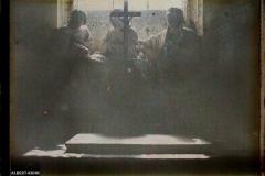 Groupe sculpté (descente de croix), Ménévillers, France, 21 octobre 1915, (Autochrome, 9 x 12 cm),  Stéphane Passet, Département des Hauts-de-Seine, musée Albert-Kahn, Archives de la Planète, A 74 178
