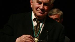 Medalla de oro del CBA a Antonio Gamoneda